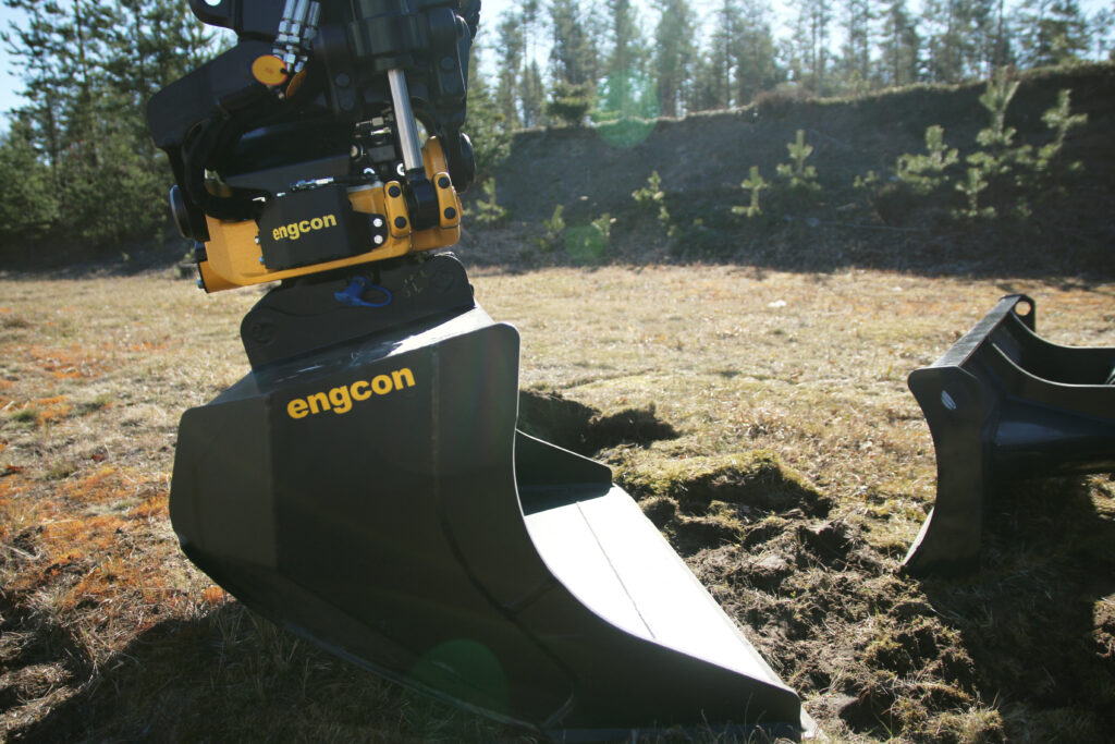 Engcon tiltrotator fitted on attachment